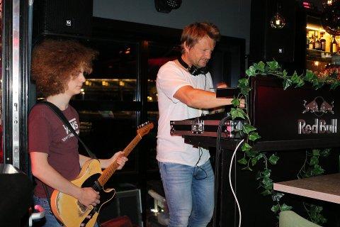 DJ-OPPDRAG: Thomas Jensen har heldigvis en annen jobb å gå til ut over det å være DJ. – Dette er en vanskelig situasjon for flere av våre ansatte i DJ4you, sier han. Marius Strand på gitar til venstre. Bildet ble tatt første åpningshelg etter at utestedene hadde vært stengt i to og en halv måned. ARKIVFOTO: Celina Stamper