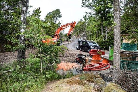 HAGA NORDRE: Utviklingsområdet sett sørfra. Seim Maskin klargjør for boliger t.v. Moods Eiendom ønsker eneboliger t.h. for veien.