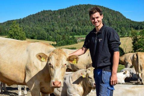 GODT FORHOLD: Kristian Ingelsrudøya Nilsson Vines (22) har et godt forhold til kuene sine. – Alle 20 har egne navn. Dette er Inger-Martha, og hun er oppkalt etter samboeren min, humrer den unge bonden, som legger til at nettopp denne kua i 2017 ble den aller første kalven som ble født på gården.