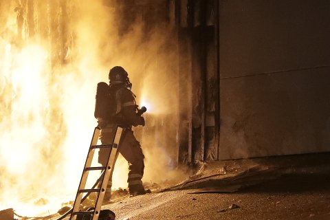 BRANN: Én person har tilstått å ha tent på brannen i en bod ved SVGS natt til onsdag 5. august.