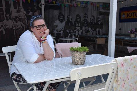 SYNGER IGJEN: For første gang på veldig lenge går Vibeke Helgeland på scenen for å synge med Fattigmannsbandet i Bakgården. – Nå skal jeg lukke øynene, dra på og nyte, sier hun. Vibeke er   på vei inn i egen framtid. I to år år har brystkreften krevd sitt. FOTO: Vibeke Bjerkaas