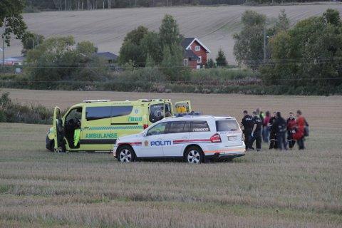 FALLSKJERMULYKKE: En fallskjermhopper fikk en hard landing på jordet ved Furustadlia i Sandefjord lørdag kveld. Mannen ble fraktet med luftambulanse til Oslo. Ifølge helsepersonell er han ikke kritisk skadd. Foto: Geir Eriksen