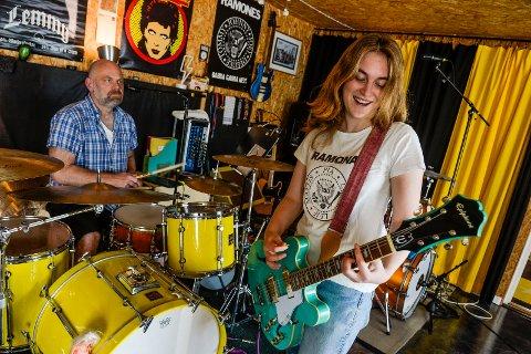 UTE MED PLATE: Ramona Lundberg (16) har gitt ut en EP med sitt band Ramona`s Tea Party. Med seg i bandet har hun sin far Lutz Lundberg på slagverk. Sammen har dem spilt inn og produsert hele platen i eget studio.