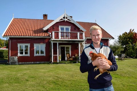 GÅRDEN SOM BASE: Lars Oskar Hasle Sundby (25) har tatt over deler av driften av familiegården på Hasle. Der har hans nyetablerte firma, Hasle Kran og Trefelling AS, sin base.