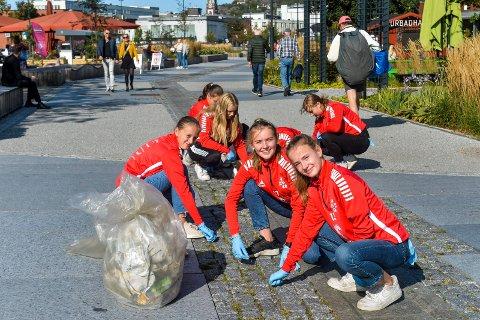 RYDDER SØPPEL: Hele laget til STIF J14 var i byen for å plukke søppel på lørdag. Her er det den nye paradegata som blir klinisk ren for sneiper og plast og snus. I forgrunn (fra høyre) ser vi  Oda Løveid (14), Ada Løke  (14) og Julie Nordskott (13).