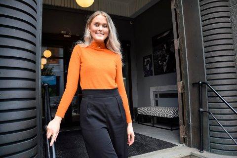 NY JOBB: Eline Marie Bergtun (26) sikret seg jobben som vertskap hos Dhub. – Arbeidsoppgavene mine er å drive kafeen, være vertskap for leietakerne i bygget, og drive med planlegging og gjennomføring av arrangementer, opplyser 26-åringen, som føler at hun har landet drømmejobben.