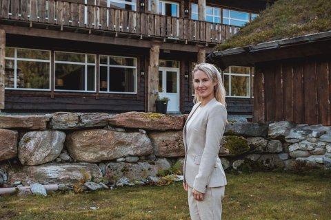 TO HOTELLER: Christine Olsvik (33) fra Sandefjord forteller at det er krevende å være hotelldriver i disse dager. Men hun prøver å tenke positivt – i likhet med ektemannen: – Vi er ekstra glad i nye utfordringer. Og det har vi fått mye av i år, humrer 33-åringen, som driver to hoteller sammen med ektemannen Ole Stavdal Vikenes (35).