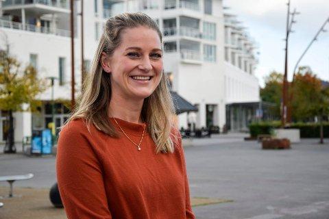TILBAKE I HJEMBYEN: Julie Marie Børnich Rustad (28) flyttet tilbake til Sandefjord i sommer, etter 10 år utenbys. Nå har hun etablert seg i hjembyen med mann og barn.