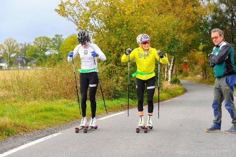 MOT FURUSTAD: Heidi Weng og Therese Johaug passerer «kjentmann» Tom Horntvedt. De er her på vei fra Hem til Jåberg og Furustadveien.