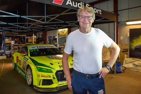 GIR SEG: Sandefjordingen og racerbilføreren Per Støldal har bestemt seg for å gi seg med bilsport. Nå har han lagt opp, og løpsbilen (stående bak ham) skal nå selges. – Det blir ikke noe comeback. Jeg har gitt meg for godt, understreker han.