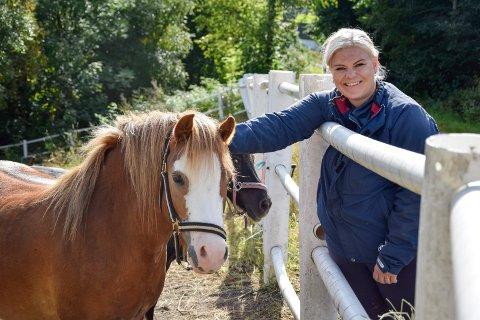 DRØMMEN BLE TIL VIRKELIGHET:  Kine Hvistendahl (34), som her koser med ponnien Honey, har drømt om eget småbruk nesten hele livet. Nå kan hun endelig titulere seg som småbrukseier. – I min verden er ingen fjell for høye. Det er bare opptil en selv hva man kan få til, sier hun engasjert.