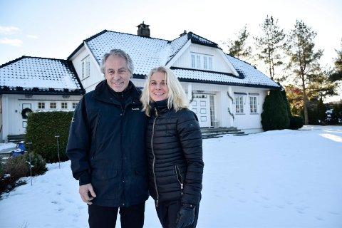HUS OG GÅRD: Thor Inge (65) og May Brith (57) Vestnes kan ikke se for seg å bytte ut huset og gården med en leilighet. Ekteparet stortrives på landet, hvor de blant annet har god plass, kort vei til naturen og lite trafikk rundt seg.