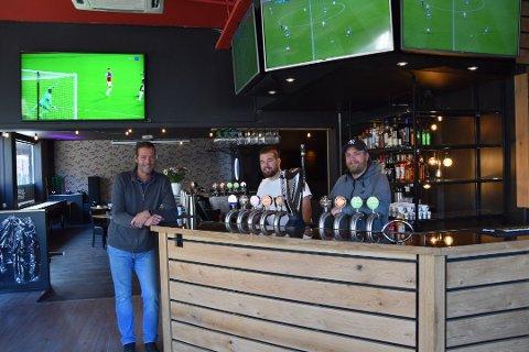RIGGER SEG FOR MATSERVERING: Corner Fun Bar åpner igjen. Gjestene som ønsker å drikke alkohol må også bestille noe å spise. Dette bildet er tatt i forbindelse med åpningen av baren. Fra høyre Tom André Tveitan, Andreas Larsen og Daniel Erlandsen. ARKIVFOTO: Lars Hjalmarsson