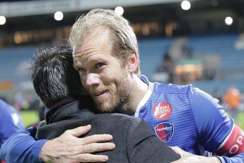 ANGRER IKKE: Lars Grorud kom til SF i 2015. Etter drøyt fem sesonger i den blå drakta valgte han å legge opp lille julaften i fjor. Det angrer han ikke på. Her takker han Martí Cifuentes for samarbeidet gjennom to år, etter kampen mot Rosenborg som ble deres siste i klubben.