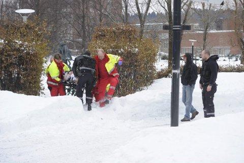 OFRE: Ett av skuddofrene blir fraktet bort fra Badeparken 14. januar 2011, men saken hadde flere ofre enn dem som ble truffet av kulene.