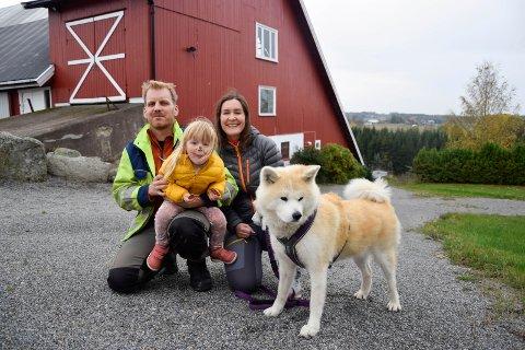 GÅRDSIDYLL: Stein Are Berg (38), Anne-Linn Hauge Berg (37), Elise Berg (3) og hunden Ichi (6) bor på gård i Hotvedtskogen, hvor de trives godt.