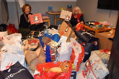 GAVER TIL 730 BARN: Før jul i 2020 leverte Røde Kors omsorgstjeneste og Else-Gro Andersen (t.v.) og Gro Johnsen ut over 730 gaver. Nå er det femte året på rad de samler inn julegaveønsker fra barn i kommunen. ARKIVFOTO: Vibeke Bjerkaas