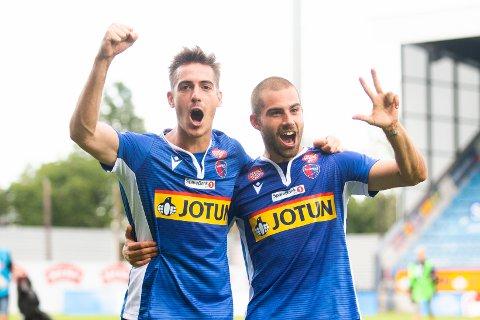 FERDIG: Marcos Celorrio (t.v.) er ferdig i Sandefjord fotball. Han og klubben terminerte kontrakten i september. Her feirer han sammen med tidligere SF-spiller Rufo i 2020.