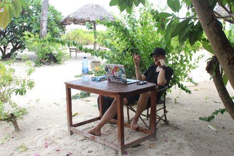 NY HVERDAG: Her er Morten Haugum Hake på «kontoret» i Zanzibar. Han driver et byggeprosjekt som han nå setter ut i livet. FOTO: Privat