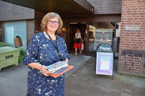 IKKE ÅPENT: Bibliotekene i Sandefjord må stenge dørene 17. mars. Dette bildet er tatt i 2019, i forbindelse med at seksjonslederen for bibliotekene i kommunen, Berit Borgen,  kunne fortelle om mer åpne biblioteker i Sandefjord.