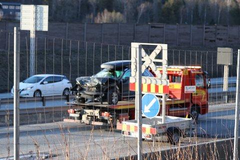 Bilen krasjet i samme type skilt som den passerer på dette bildet.