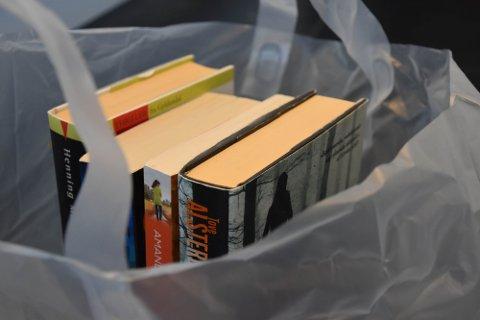 HUSK: Før du henter bestilte utlånsbøker må du tenke på at du må holde avstand til andre om det er flere som henter samtidig som deg. Du kan ikke hente bøker dersom du er syk.For å benytte tjenesten klikk og hent, må du allerede være registrert som låner på Sandefjordsbibliotekene. FOTO: Vibeke Bjerkaas