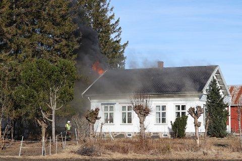 BOLIGBRANN: Flammene sto ut av vinduet i andre etasje da brannvesenet kom til stedet.