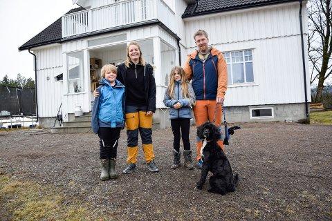 KJÆRESTER OG KOLLEGER: Hans Ingvald Myhre (36) og kona Marte Trevland Myhre (33) ga opp sine «vanlige» jobber for å satse på et liv som bønder på Myhre gård. Det valget angrer de ikke på. Her er de sammen med barna Hilmar (7) og Helmine (8), samt hunden Maja (3).