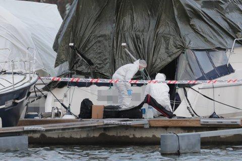 VOLDSEPISODE: I desember i fjor skal en mann ha blitt utsatt for grov vold i en båt i Sandefjord. Her er politiets etterforskere på stedet.