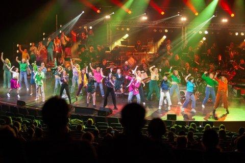 MUNNBIND PÅ KONSERT: I 2021 måtte publikum sitte med munnbind under hele konserten til Sandefjord Videregående skole i uke syv. Men det ble Elton John-konserter i Hjertnes storstue. FOTO: Eric Johannessen