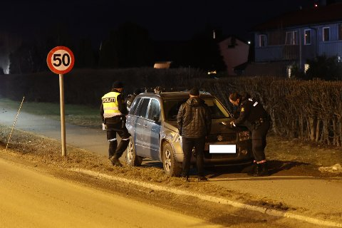 UTFORKJØRING: Bilen traff et skilt i det den kjørte ut og havnet på sykkelstien.
