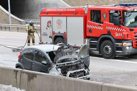 BILBRANN: Det har brent godt i kjøretøyet, ifølge politiet.