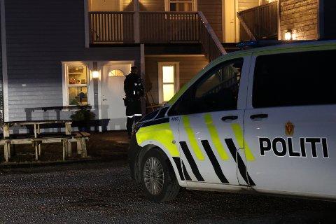 JAKTER TRE PERSONER: Politiet jakter mandag kveld tre personer etter en hendelse i en bolig i Nedre Movei.