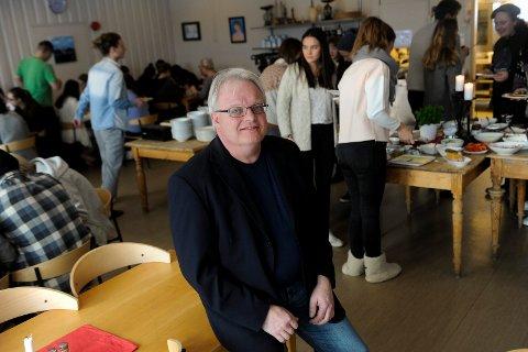 VENTER: Rektor Knut Søyland må vente på hurtigtestresultater før han vet hvilke tiltak som skal gjelde for elevene ved Sandefjord Folkehøyskole. Bildet er tatt før koronapandemien.