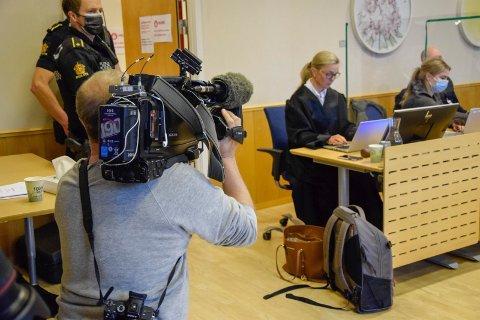 TINGRETTEN: Drapssaken dekkes av flere medier. I bakgrunnen sitter bistandsadvokat Mette Renholt Ackenhausen.