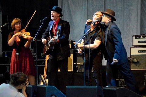 BOBBAND: Det loves fullt trykk i Kurbadhagen når bandet skal heder selveste Bob Dyland. Her er noen av orginalbesetningen i aksjon under en tidligere konsert. f.v: Vigdis Andersen, (fele), Eldar Kyrkjebø, (vokal, gitar, munnspill),  Frank Iversen, (bass, kor), og Roy-Einar Dreng, (vokal, gitar, munnspill). I tillegg skal Åge Thorvaldsen være med (trommer, perkusjon og kor).