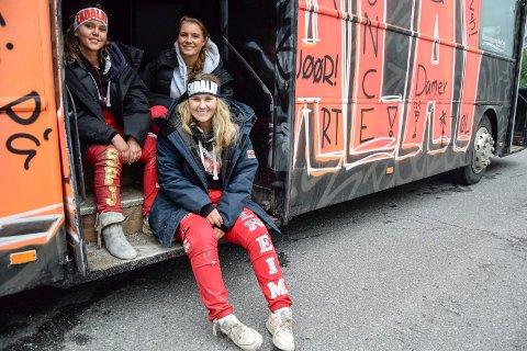 RULLERUSS: Natt til 17. mai ble det mye rulling på Sandra Solheim (18, sittende foran), Kaja Unneberg Nyland (18, bak t.v.) og Dina Tveiten (18). De er med på russebussen «Endalay», sammen med 21 andre jenter. Mer rulling står på programmet på nasjonaldagen.