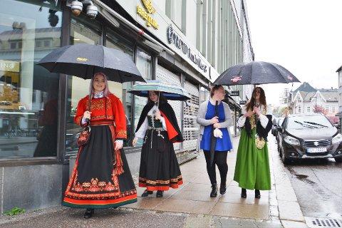 BUNAD: Linn Maren, Ane Aurora, Mille og Madelen skal en tur på Peppes. Ane Aurora forteller at det var null tvil om at bunaden skulle på i dag.