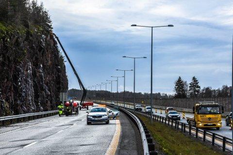 FORTSETTER: Fjellsikringsarbeidet ved Holmenåsen sør for Sem vil pågå noen uker til. Det varsles om køkjøring 2. pinsedag.