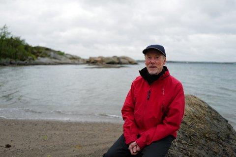 Bekymret: Christopher Gallaher i Sandefjord Naturvern ønsker å verne strandsonen - og har skrevet brev til kommunen om flere tiltak på Søndre Vøra 35 som han mener kan være lovstridige. Det er allerede opprettet tilsynssak på arbeid ved brygga som sees i bakgrunnen.