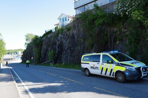PÅ PLASS: Politiet er på plass etter at steiner raste ut ved Framnesveien søndag morgen.