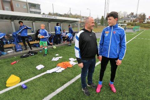 TILBAKE: Hamza Abdullahu (t.v.) og sønnen Sherif gleder seg over at fotballen er i ferd med å åpne opp igjen. Tirsdag kunne Hamza se sønnen spille kamp igjen.