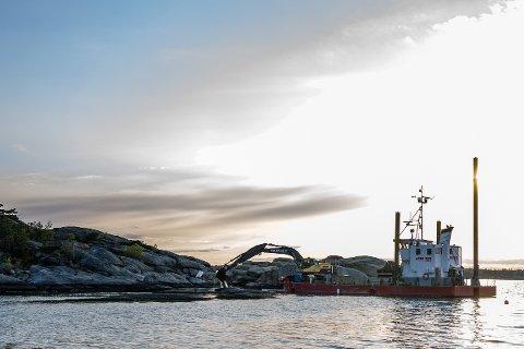Torsdag kveld jobbet dette fartøyet fra Arne Rød & Co i sjøbunnen utenfor Søndre Vøra 35.