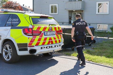 En 19 år gammel mann er død etter å ha blitt funnet med stikkskader i Sandefjord natt til søndag. To personer er pågrepet og siktet for drap eller medvirkning.