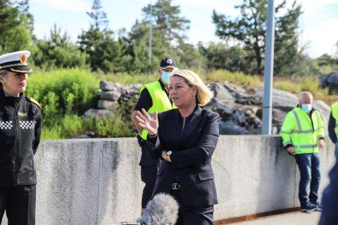 Justis- og beredskapsminister Monica Mæland håper på bedring for grensependlere og transportører på Svinesund. Alle andre må vente.