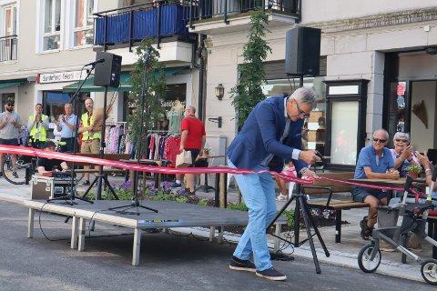ÅPEN: Her klipper ordføreren båndet for å åpne Kongens gate. FOTO: Erik K. Jørgensen