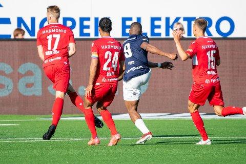 Strømsgodsets Fred Friday scorer det siste målet under eliteseriekampen mellom Strømsgodset og Sandefjord på Marienlyst stadion i Drammen.