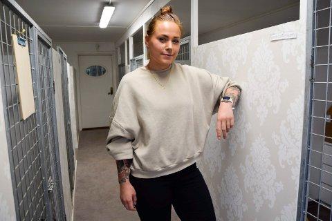 BLE SIN EGEN SJEF: Andrea Kvist (28) ble gründer for noen år siden. Hun driver Sandefjord Hundesenter hjemme på familiegården på Steinsholt, og stortrives med det. – Det er dette som er drømmen min, sier hun.
