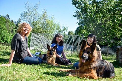 DYREGLADE: Familien Eriksen, bestående av Nancy (. t.v.), Maria og Sofie, stortrives med å bo på gård. De har mange dyr, deriblant hundene Rose (t.v.) og Jack.