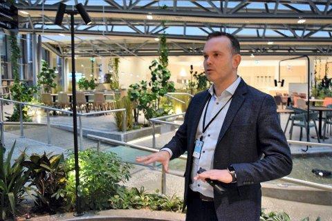 OSLOFJORD: Administrerende direktør Stian Fuglset, her i resepsjonen til Oslofjord Hotel, må trykke på gassen, og mobilisere det som er mulig av personell til å takle oppdraget fra statsforvalteren.